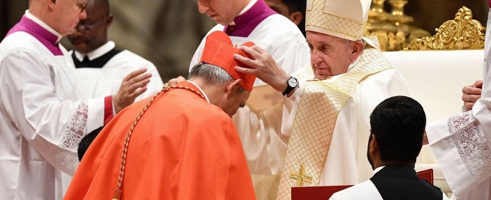 Matteo Zuppi è cardinale, l'abbraccio del Papa