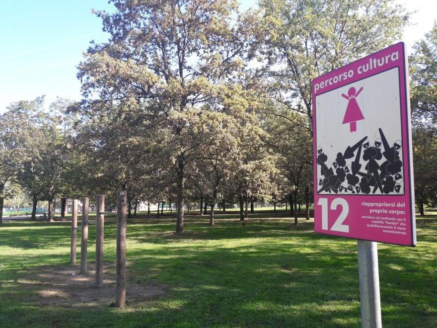 """Bologna, nel parco il percorso di salute femminista: """"Non trascinare una relazione finita"""" e altri esercizi"""