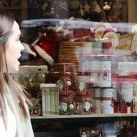 A Bologna è già Natale: le vetrine addobbate a ottobre. L'esperto: un errore
