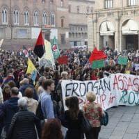 """In centinaia a Bologna per i curdi e per il Rojava: """"Erdogan assassino"""""""