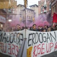 """Instagram censura il corteo anti-Erdogan di Bologna: """"Violenza"""""""