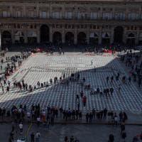 Diecimila piatti in piazza a Bologna: la pixel art per denunciare la fame nel mondo