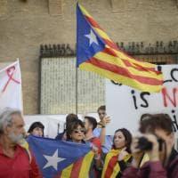 Bologna in piazza per catalani e curdi, bruciata una bandiera turca