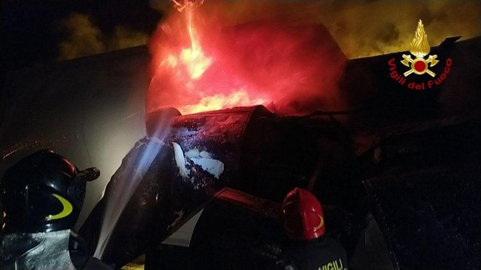 Bologna, tir a fuoco sull'A1, le fiamme poi l'esplosione