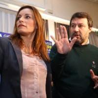 Salvini si appella ai militanti lombardi per riempire il palazzetto di Bologna. Il Pd:...