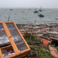 Maltempo, acqua alta a Gorino, distrutti i capanni nel Delta del Po. La marea erode la spiaggia in Riviera