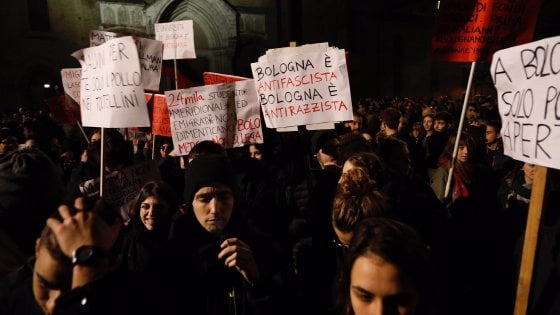 Salvini a Bologna per le Regionali, in centinaia al corteo d