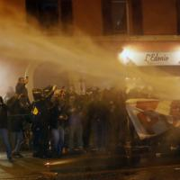"""Bologna, il corteo dei centri sociali: """"Contro tutti i confini e i Salvini"""". Poi gli idranti della polizia"""