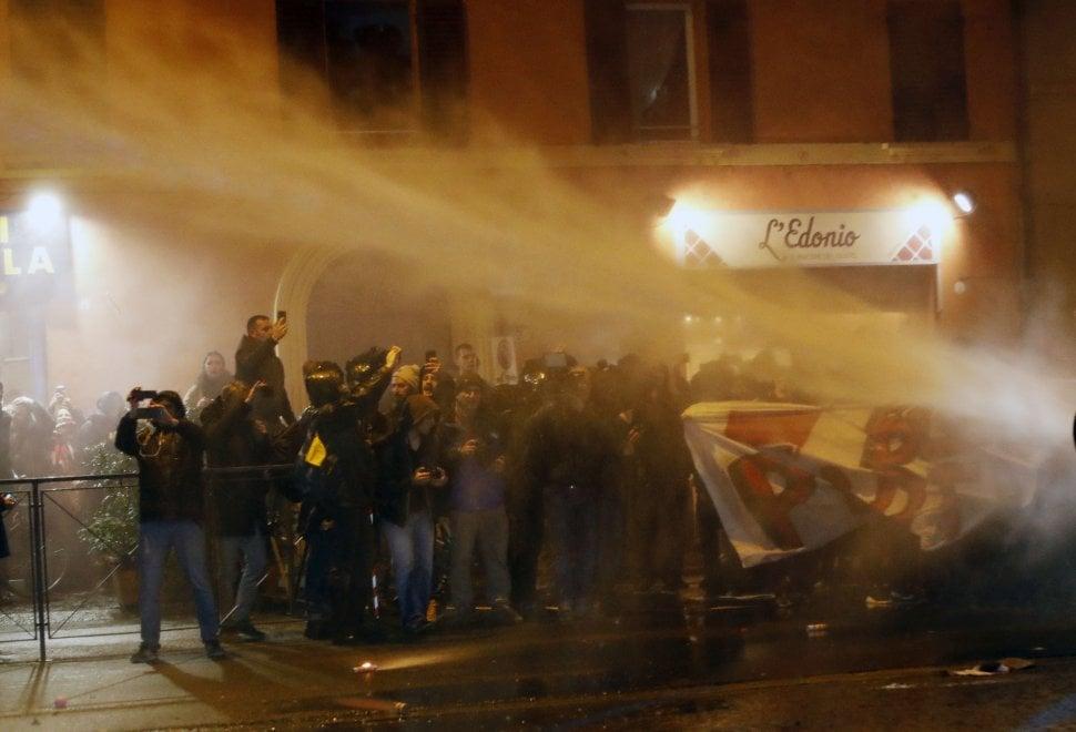 Bologna, il corteo dei centri sociali: Contro tutti i confini e i Salvini. Poi gli idranti della polizia