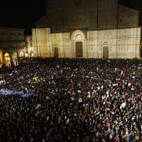 """Piazza Maggiore strapiena di """"sardine"""" contro Salvini: """"Bologna non abbocca"""""""