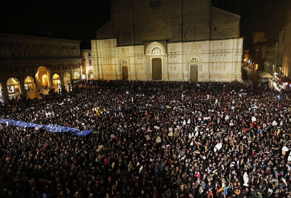 """Piazza Maggiore strapiena di """"sardine"""" contro Matteo Salvini: """"Bologna non abbocca"""""""