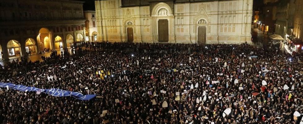 """Matteo Salvini a Bologna, in piazza Maggiore dodicimila """"sardine"""" contro. Idranti sul corteo dei centri sociali"""