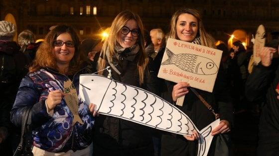 Il flash mob delle sardine arriva a Modena. Salvini denuncia