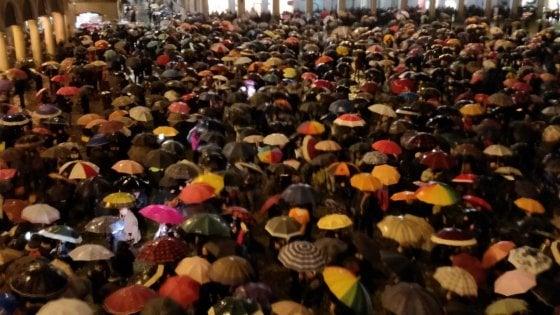 Modena, piazza Grande si riempie di sardine