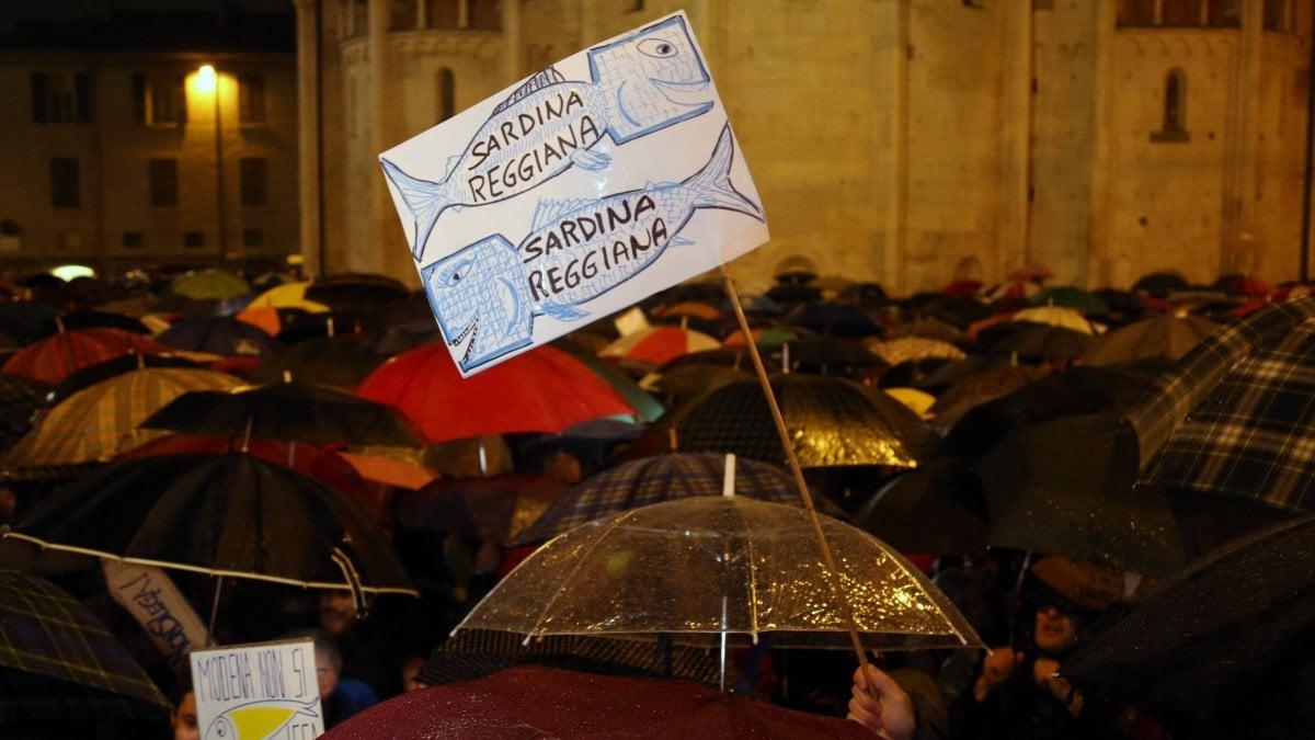 """Le """"sardine"""" si moltiplicano in Emilia: nuovi flash mob da Piacenza a Rimini - La Repubblica"""