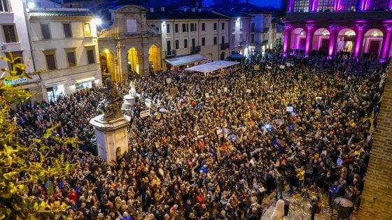 """Rimini, settemila sardine in piazza contro Salvini: """"Come ai funerali di Fellini"""""""