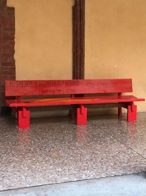 Bologna, una panchina rossa in università contro la violenza sulle donne