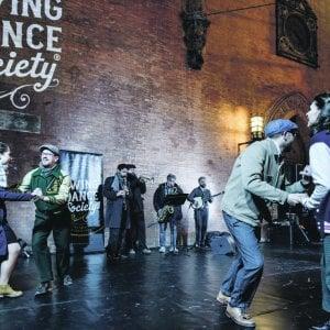 Film sui muri e balli in strada, Bologna si prepara alle feste