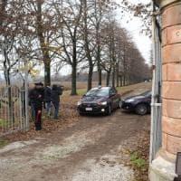 Valsamoggia, sente estranei armeggiare alla porta e spara: un uomo resta