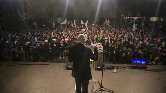 """Bologna, in 10mila per Bonaccini: """"Se l'Italia somigliasse di più all'Emilia-Romagna sarebbe un Paese migliore"""""""
