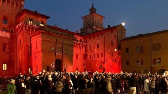 Ferrara, arriva Salvini e le sardine tornano in piazza con i libri in mano
