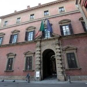 Bologna, fa la pipì davanti alla prefettura : multa di cinquemila euro