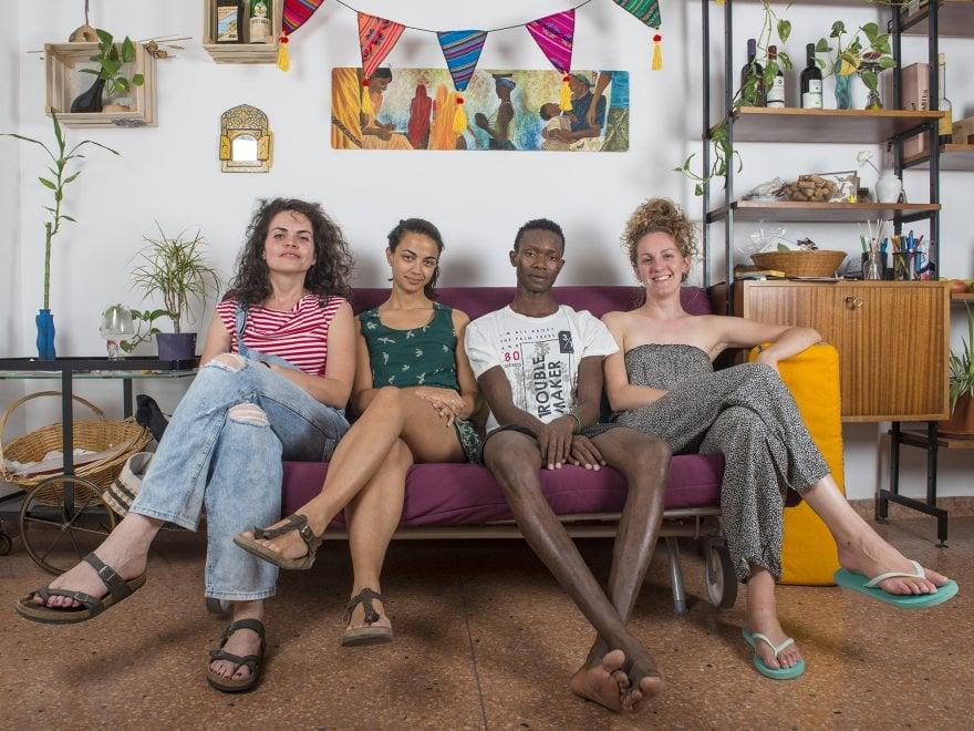 Bologna, accolti a casa nostra: la normalità dell'accoglienza dei migranti negli scatti di Michele Lapini