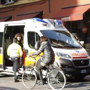 """Ragazzina travolta da un'ambulanza a Ferrara: autista condannato perché """"doveva prevedere ciclisti imprudenti"""""""