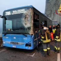 Incidente sulla Porrettana, si scontrano un autobus e un camion: ferita l'autista della corriera