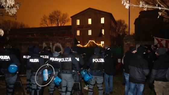 Bologna, la polizia sgombera all'alba Xm24