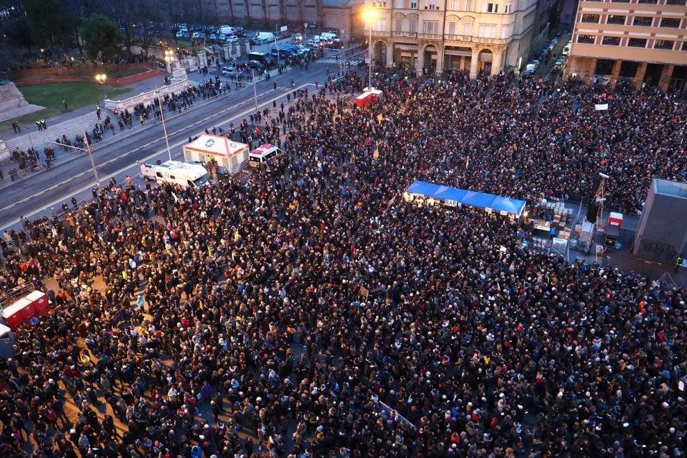 Un giorno da Sardine: i 40mila di Bologna in 100 foto