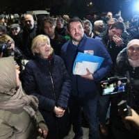 """Salvini in tour al quartiere al Pilastro di Bologna citofona a un tunisino: """"Lei spaccia?"""""""