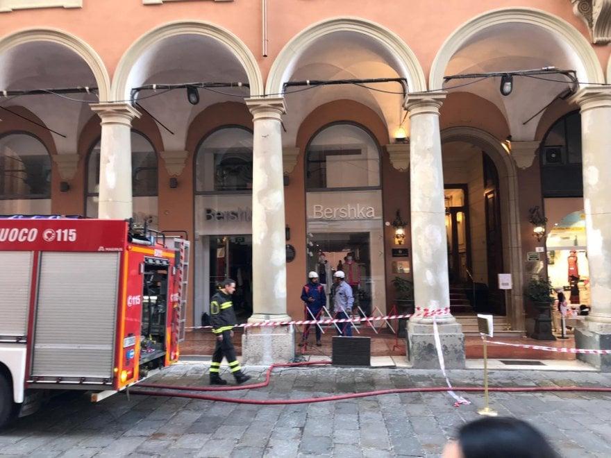 Bologna, perdita d'acqua in via Indipendenza: negozi allagati