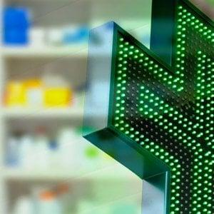 Spaccata notturna in farmacia, dipendente fugge