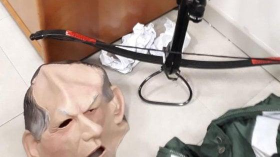 Ferrara, arrestato vicino-stalker: mascherato da Bertinotti, lanciava frecce con la balestra