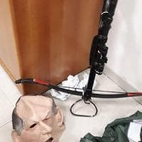 Ferrara, arrestato vicino-stalker: mascherato da Bertinotti, lanciava frecce con la...