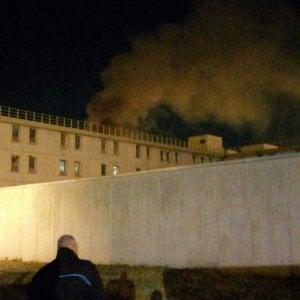Coronavirus, rivolta anche nel carcere di Bologna: feriti detenuti e agenti. Auto della polizia incendiate