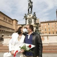 Bologna, oggi sposi: bouquet e mascherina
