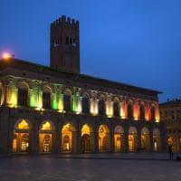 """Bologna, il palazzo del Podestà si tinge del tricolore. Merola: """"Affrontiamo insieme questo momento"""""""