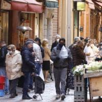 """Bologna, spesa affollata nel Quadrilatero: """"Così non ne usciremo più"""""""