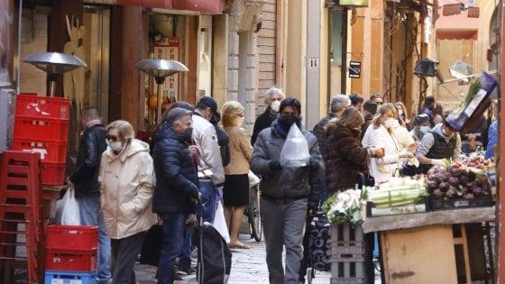 """A Bologna folla a far la spesa al Quadrilatero, Merola: """"Non va bene. Ripeto: non va bene"""""""
