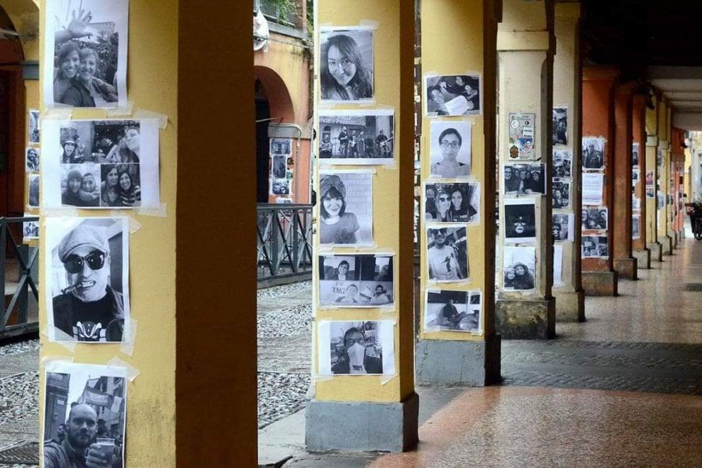 Bologna, cortei vietati per il 25 aprile. E allora al Pratello tutti scendono in strada in fotografia