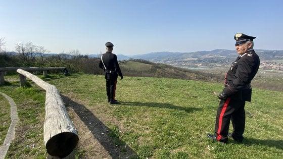 Bologna, si abbronza in topless a Monte Sole: multata, insulta i carabinieri