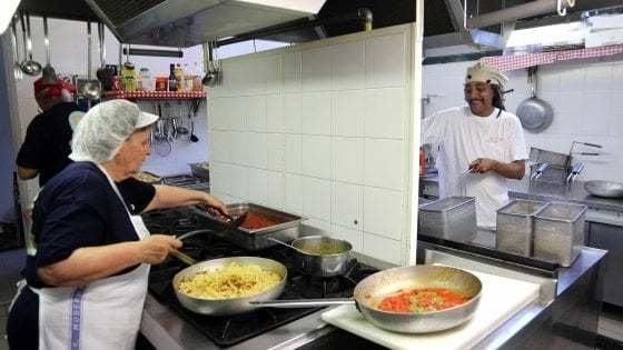 La Fase 2 delle cucine popolari, ai fornelli tornano i volontari senior
