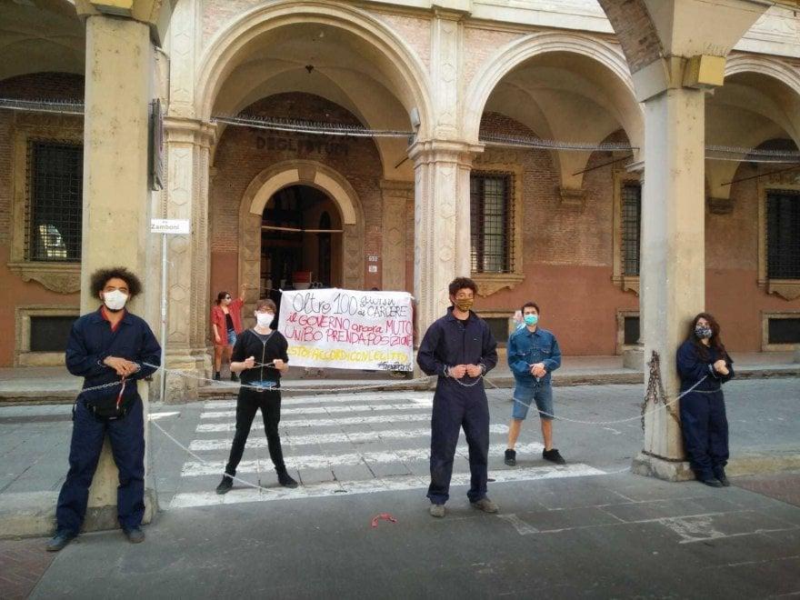 Bologna, studenti incatenati davanti al rettorato per la liberazione di Zaky