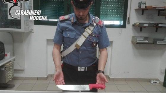 Modena, moglie e figlio diventano testimoni di Geova: lui li minaccia con un coltello