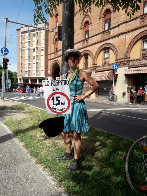 """Bologna, circense al semaforo con bastone e cappello: """"Io rispetto la distanza di 1,5 metri"""""""