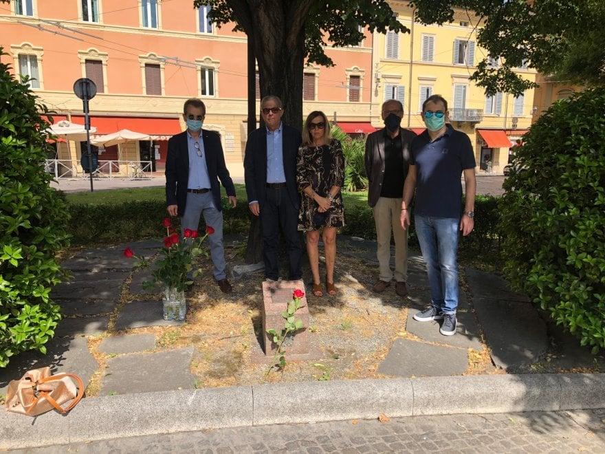 L'omaggio dei magistrati della Procura di Bologna sotto l'albero dedicato a Giovanni Falcone