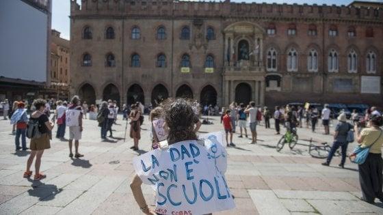 """Bologna, la scuola scende in piazza. I genitori: """"Va riaperta a settembre"""""""