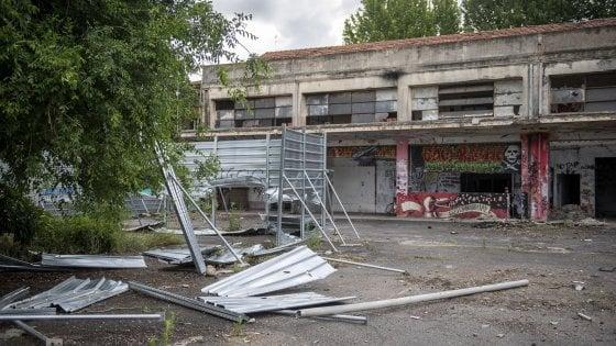 """Bologna, incursione degli attivisti nel cantiere in via Fioravanti. Merola: """"Devastazione"""""""